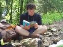 lorenzo in pausa lettura durante la salita al rif.Antelao